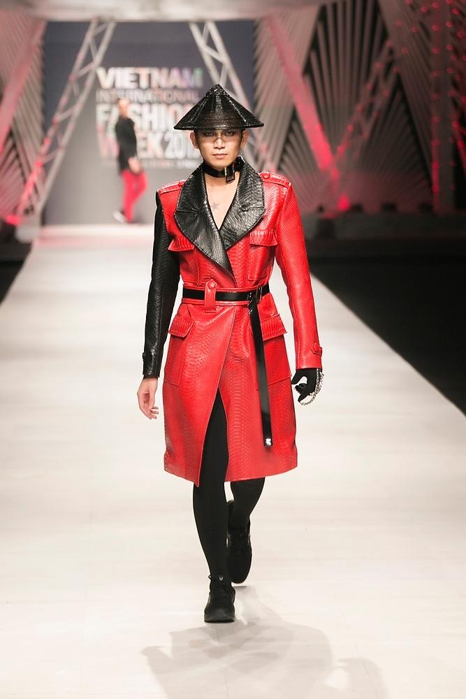 Võ Hoàng Yến 'đốt cháy' sàn diễn với trang phục đỏ rực