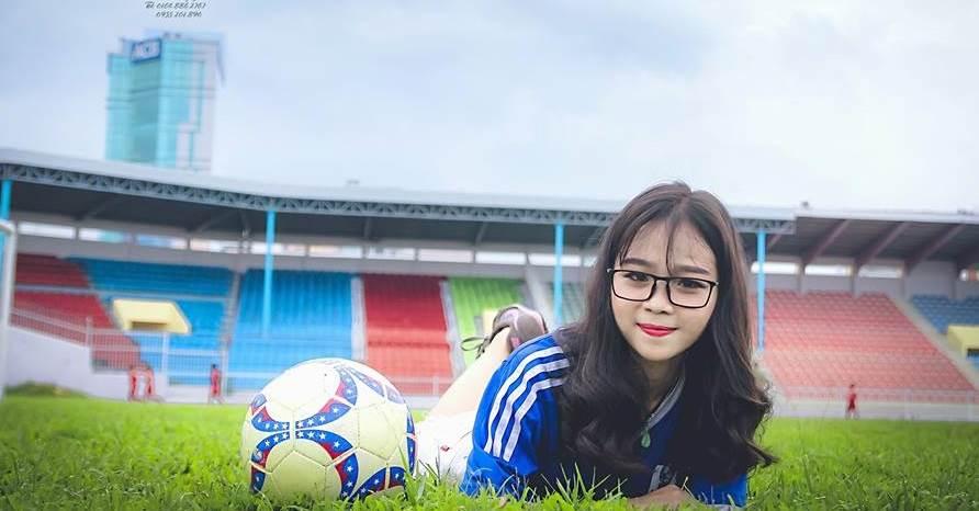 Ngoại hình xinh xắn 9X Bình Định hát hay, yêu bóng đá và cực sexy