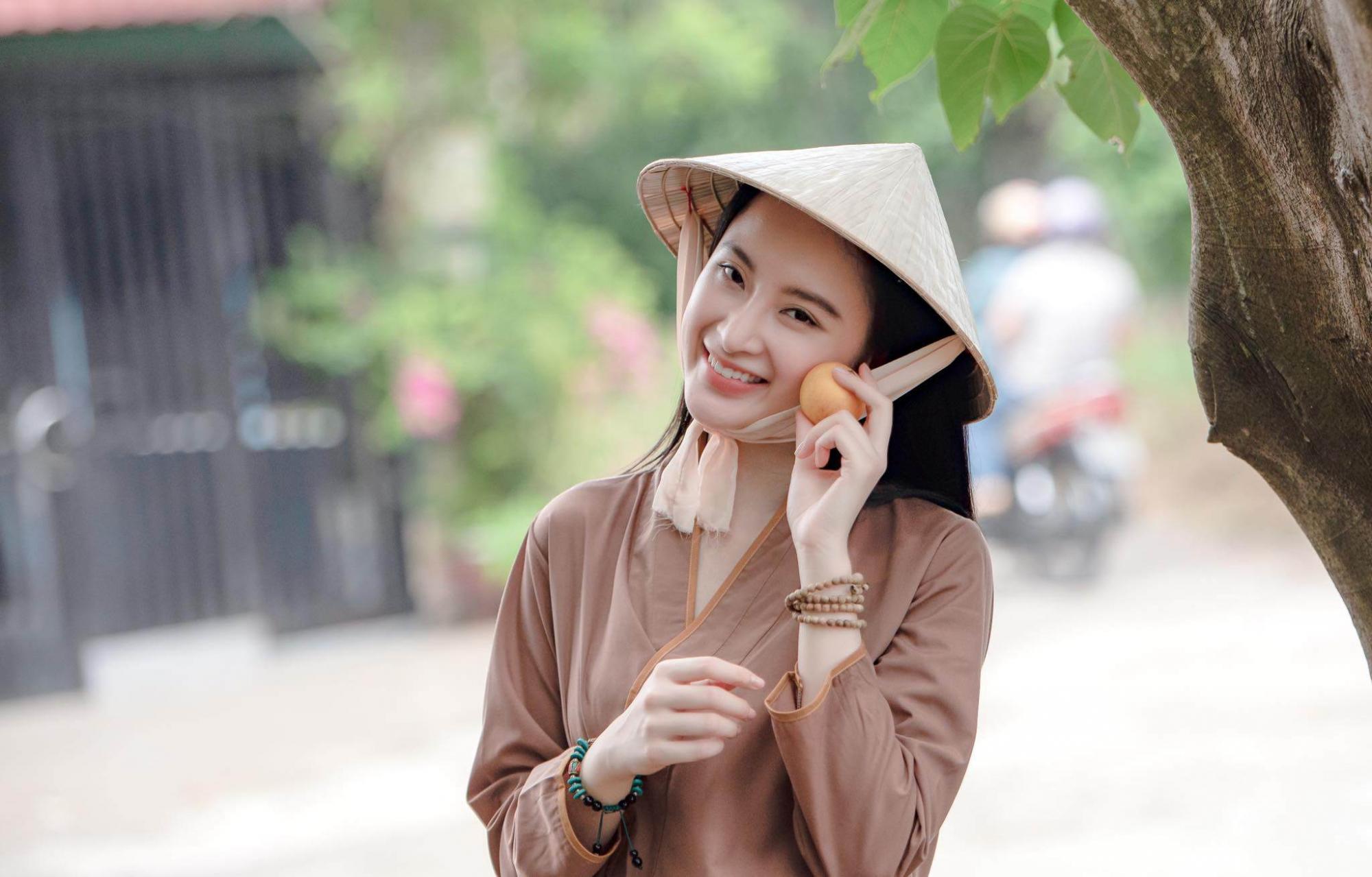 Angela Phương Trinh mang nón lá đi bơi !