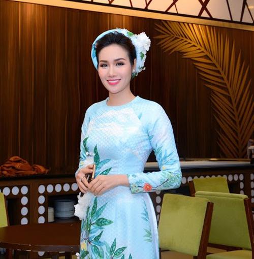 Hoa hậu Kim Nguyễn đẹp nền nã đi chấm thi Hoa hậu Quý bà