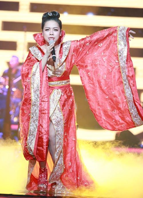 """Gu thời trang """"không giống ai"""" của Hà Linh nhiều scandal"""