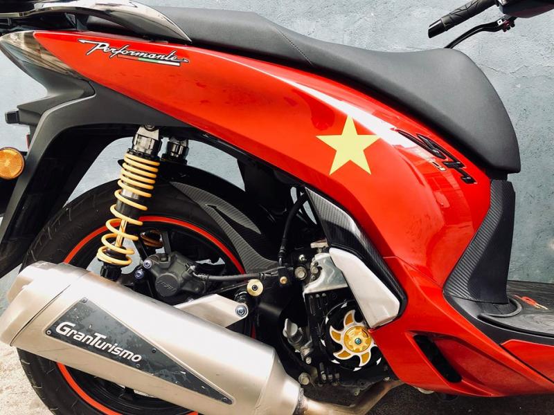 Honda Sh độ - sáng chói với bộ tem lá cờ nước Việt