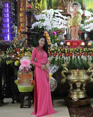 Thủy Tiên diện áo dài lên chùa cùng mẹ và ông xã