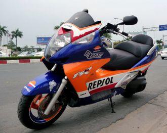 Hình ảnh Honda Silver Wing khoác 'áo' Repsol ở Sài Thành