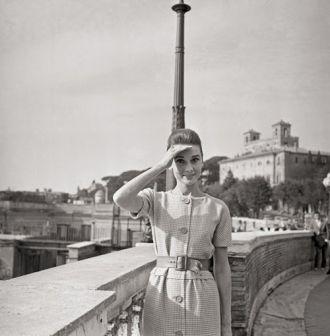 Loạt ảnh street style quý giá của Audrey Hepburn
