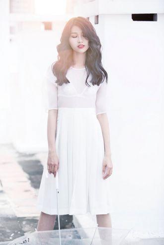 Quỳnh Châu diện váy mỏng dưới nắng