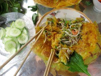 Bánh xèo bông điên điển và lẩu cá linh non ở Châu Đốc