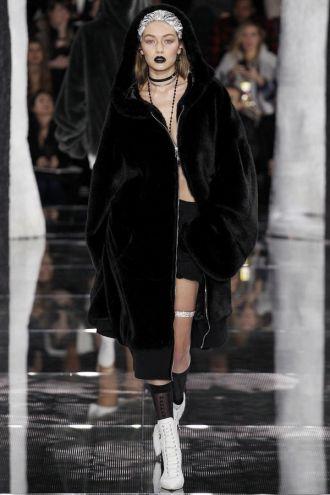 Gigi Hadid gợi cảm 'quá mức quy định'