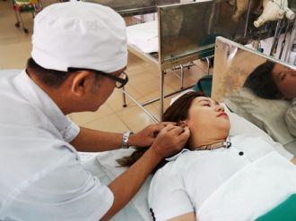 Người Sài Gòn đổ xô đi châm cứu tai để giảm béo
