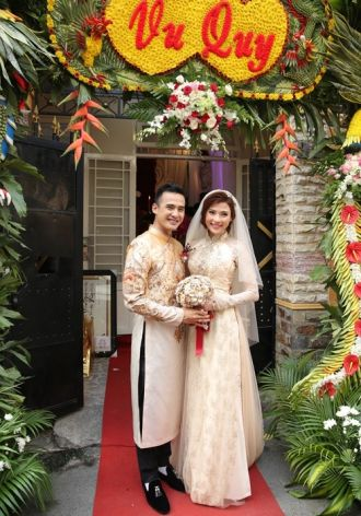 Cận cảnh áo dài cưới trị giá ngàn đô của Thúy Diễm