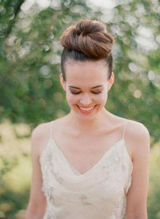 Tóc búi đỉnh đầu đẹp cho cô dâu tăng chiều cao thanh lịch