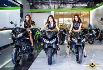 Dàn mỹ nhân xinh đẹp đọ dáng cùng các mẫu xe mô tô 1.000 cc mới của Kawasaki