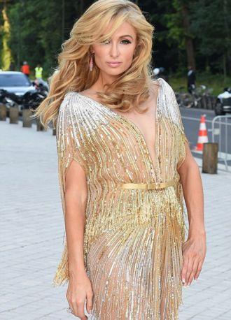Paris Hilton diện váy voan mỏng khoe vòng 3 quyến rũ